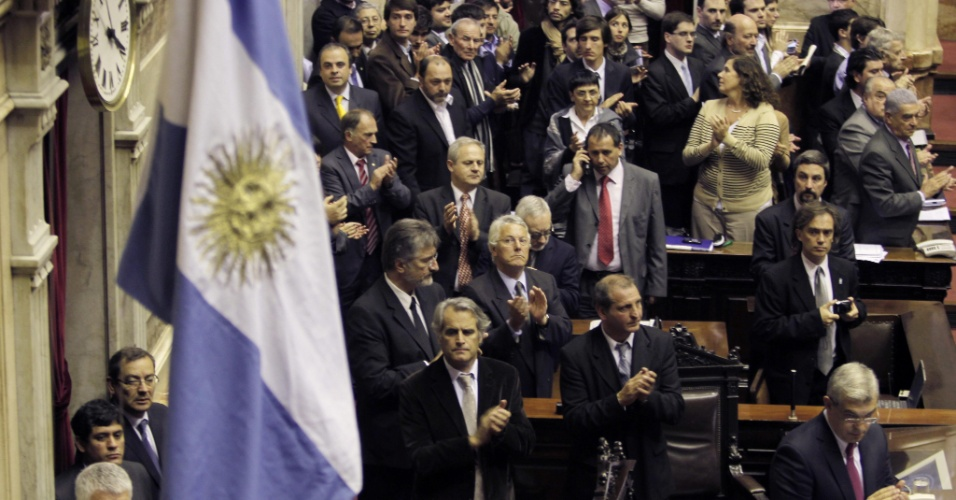 2.mai.2012 - Pol&#237;ticos argentinos participaram do primeiro dia da sess&#227;o de dois dias que discute o projeto de lei que institui a expropria&#231;&#227;o de 51% de participa&#231;&#227;o da empresa espanhola Repsol YPF, em Buenos Aires (Argentina)