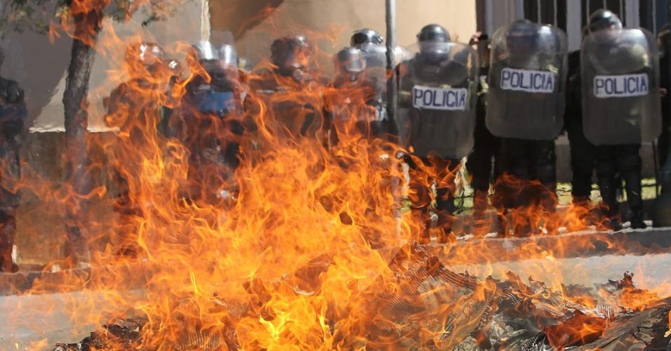 2.mail.2012 - Estudantes queimaram um caixão durante um protesto em apoio aos médicos realizado em La Paz, Bolívia