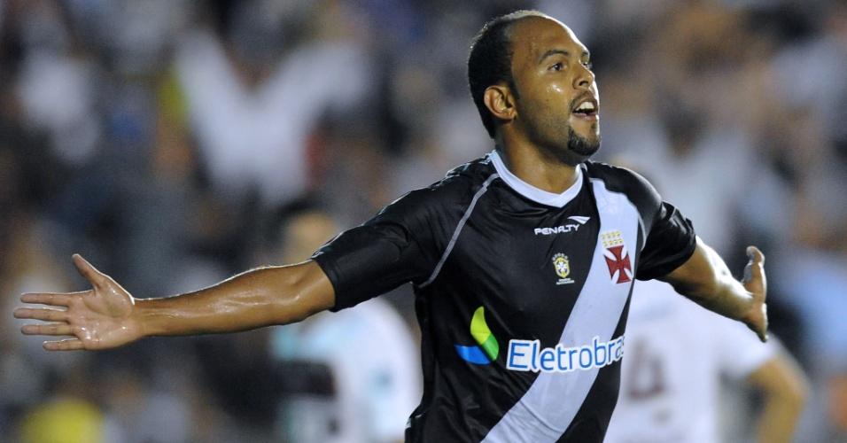 Alecsandro abre o placar para o Vasco na partida contra o Lanús (02/05/12)