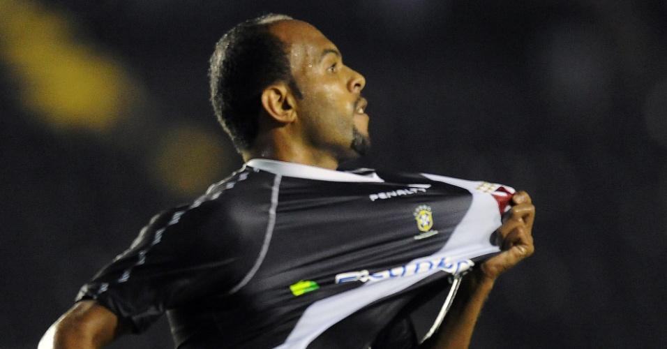 Alecsandro comemora ao marcar para o Vasco contra o Lanús (02/05/12)