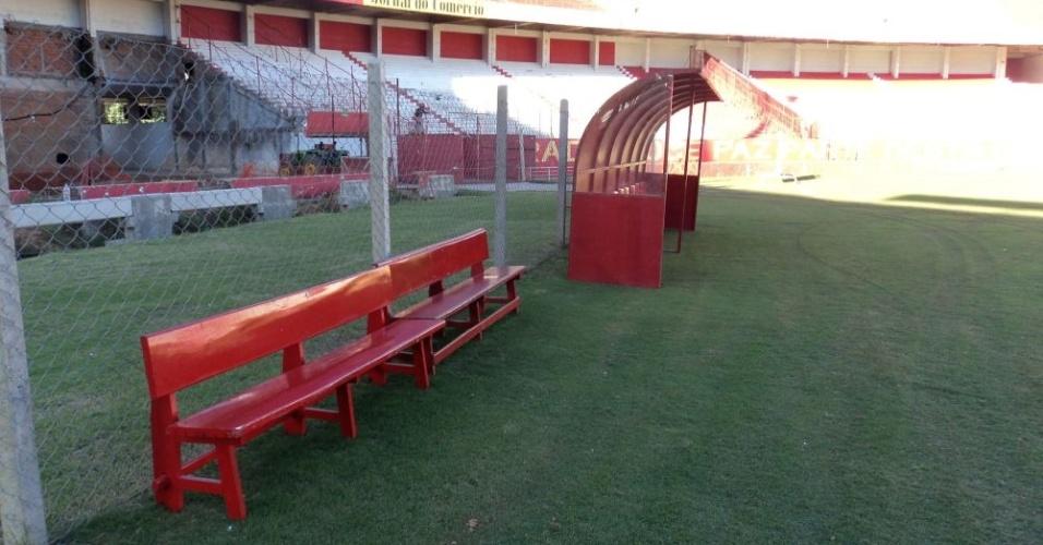 Bancos de madeira incrementam estrutura móvel que receberá visitantes no Beira-Rio (02/05/12)
