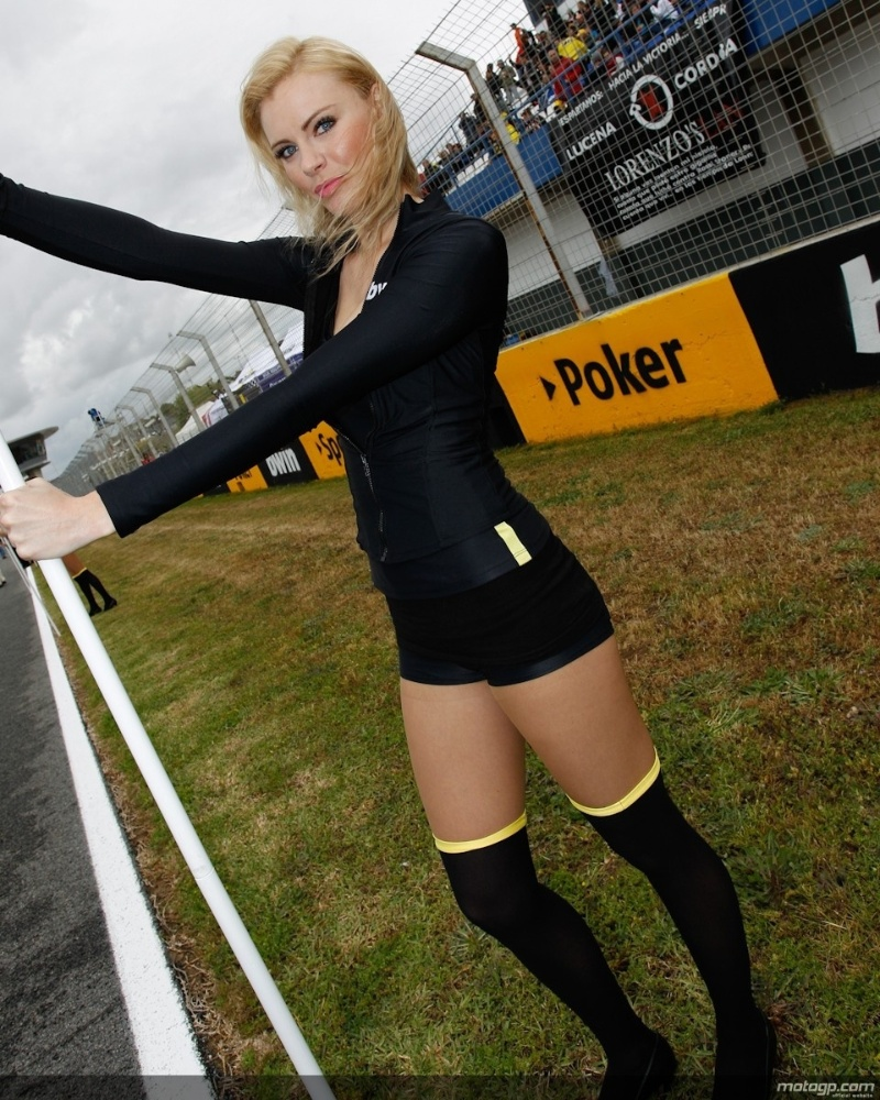 Bela grid girl posa para a foto no GP da Espanha da MotoGP, em Jerez de La Frontera