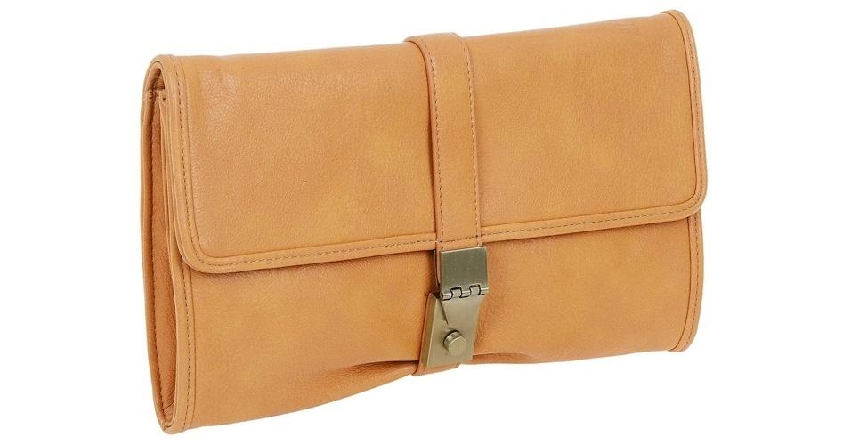 Bolsa de mão em material sintético; R$ 79,90, na Renner