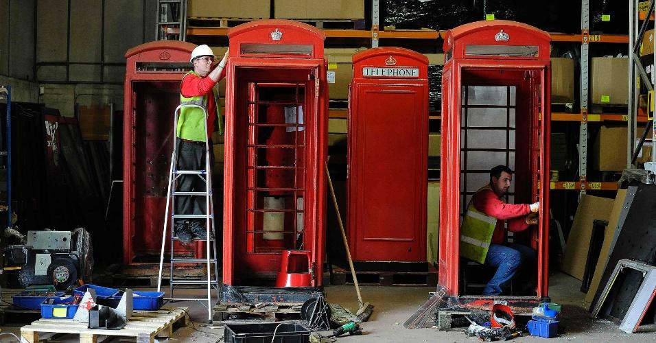 Cabines telefônicas tradicionais na Inglaterra (Reino Unido) são renovadas em Newark, no norte do país. As antigas unidades da empresa British Telecom estão sendo renovadas e vendidas por todo o mundo. Um cliente na Arábia Saudita comprou uma unidade para usá-la como chuveiro