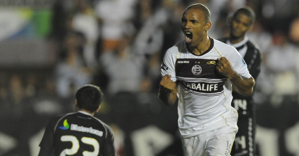 Carranza vibra ao marcar para o Lanús na partida contra o Vasco (02/05/12)