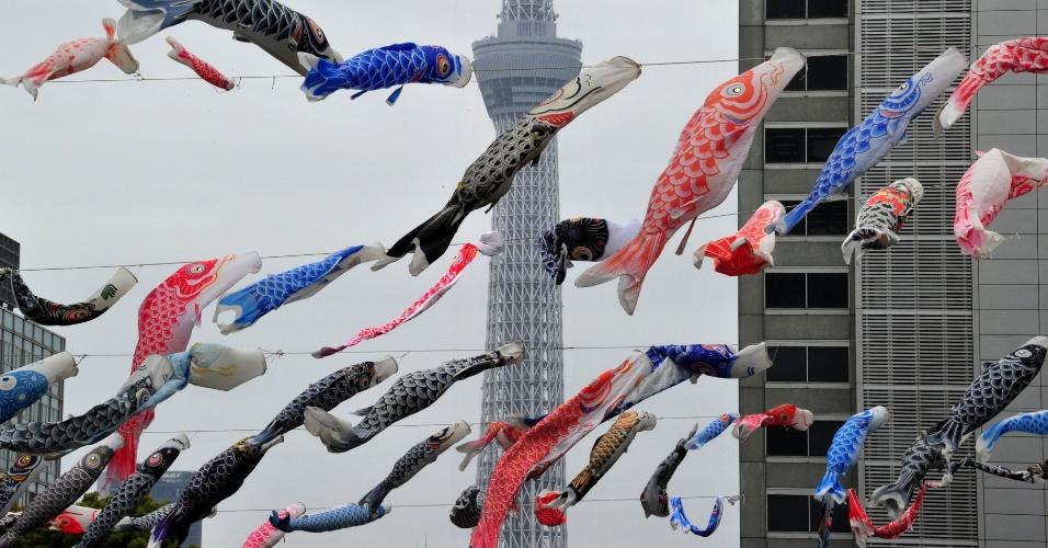 Cerca de 450 bandeirinhas em formato de carpas coloridas são colocadas em parque próximo à maior torre de rádio do mundo, a Tokyo Sky Tree, em Tóquio, no Japão