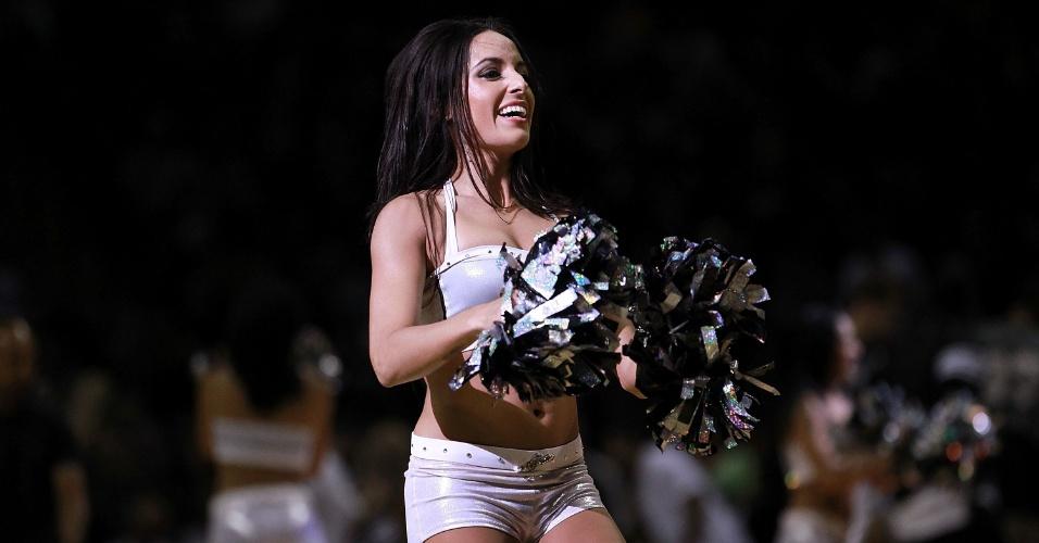 Cheerleader do San Antonio Spurs faz apresentação na partida contra o Utah Jazz (02/05/12)