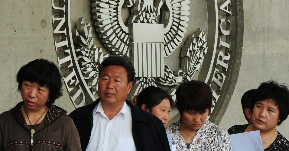 Cidadãos chineses esperam para obter visto para entrar nos Estados Unidos na embaixada norte-americana em Pequim, na China, onde acredita-se que o ativista de direitos humanos cego Chen Guangcheng esteja refugiado