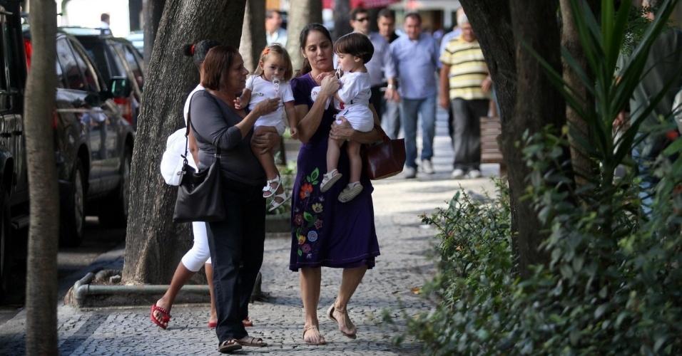 Claudia Mauro passeia com os filhos pelo Leblon, zona sul do rio (2/5/12)
