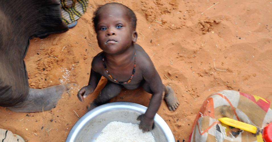 Criança de Mali senta-se em frente a uma tigela de comida em um campo de refugiados no sudoeste da Mauritânia. Mais de 320 mil pessoas deixaram suas casas em Mali, desde janeiro deste ano, pela instabilidade política do país, e buscaram refúgio nos países vizinhos