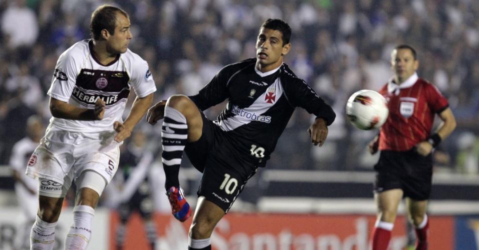 Diego Souza tenta armar ataque do Vasco na partida contra o Lanús (02/05/12)