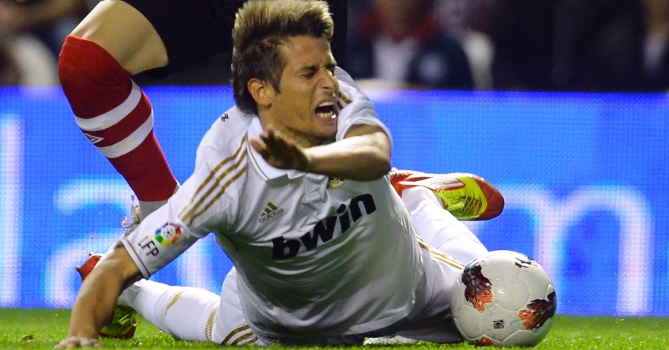 Ekiza, do Athletic Bilbao, derruba Fabio Coentrao, do Real Madrid, em partida no San Mamés