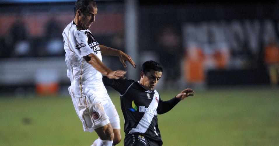 Fágner briga pela bola no jogo entre Lanús e Vasco (02/05/12)