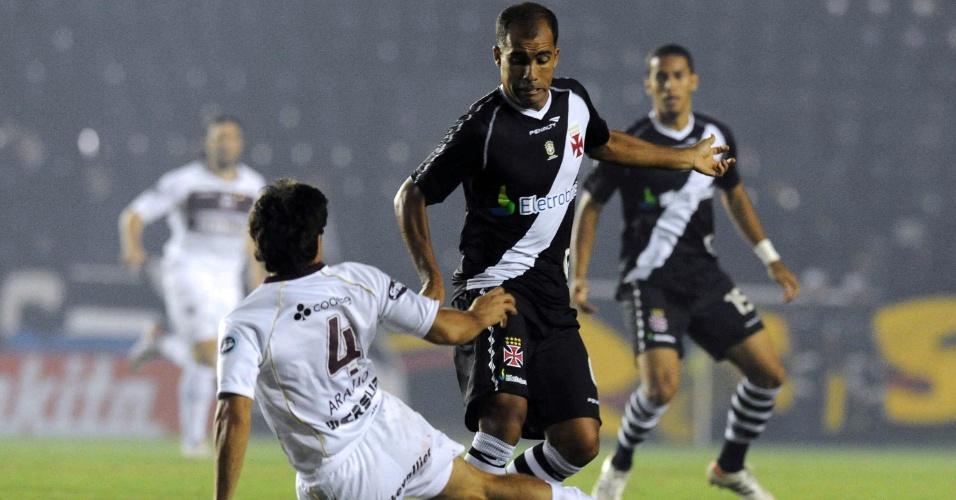 Felipe encara a marcação no jogo entre Lanús e Vasco (02/05/12)