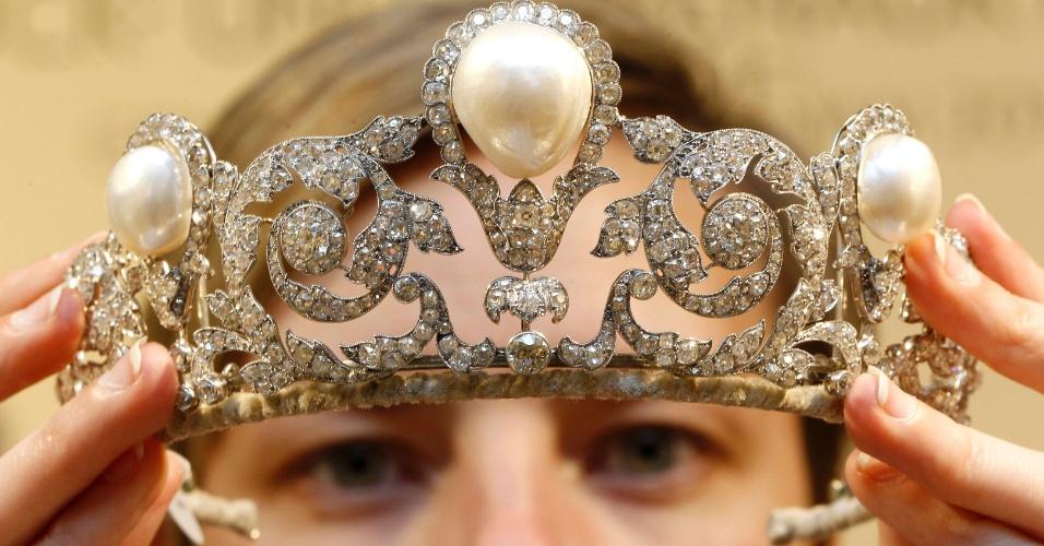 Funcionária mostra a Tiara Murat, durante leilão da Sotheby em Zurique, na Suíça. O diadema de diamantes, criado em 1920 por Joseph Chaumet, está com valor estimado de US$ 1,5 milhão a US$ 2,5 milhão e possui uma das maiores pérolas já registradas