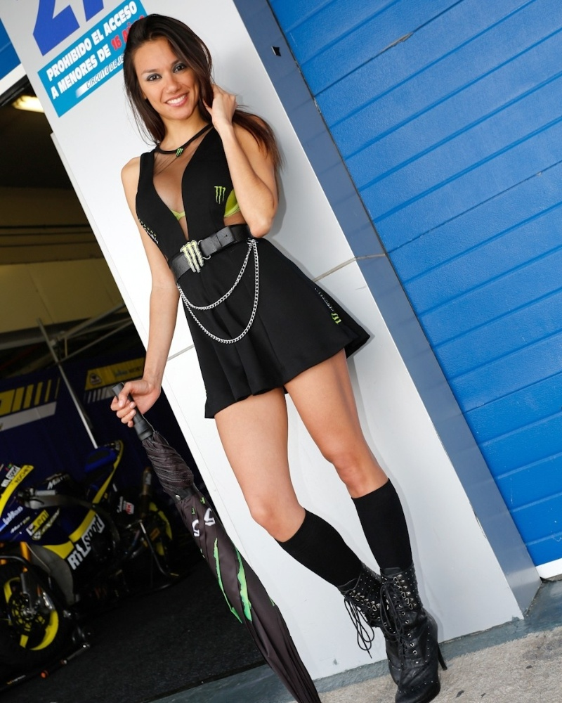 Gata da MotoGP, grid girl posa para foto com guarda-chuva na mo, durante etapa da Espanha da categoria