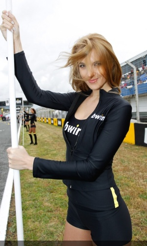 Gata da MotoGP, grid girl posa para foto durante etapa da Espanha da categoria
