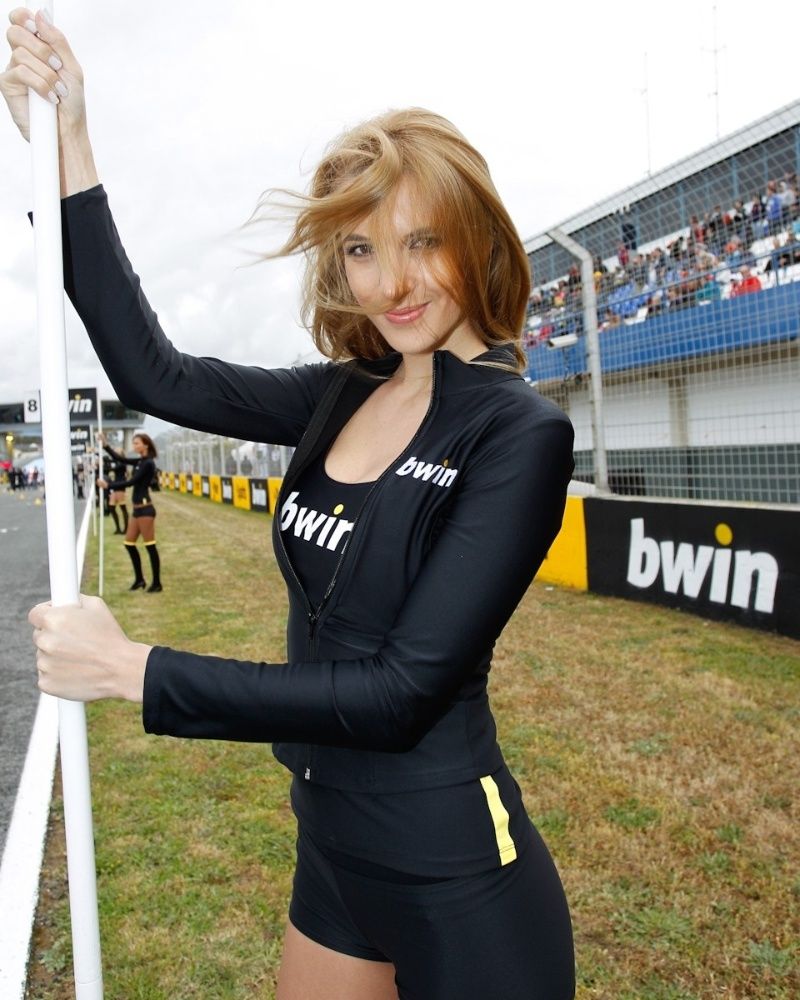 Gata da MotoGP, grid girl posa para foto durante etapa da Espanha da categoria
