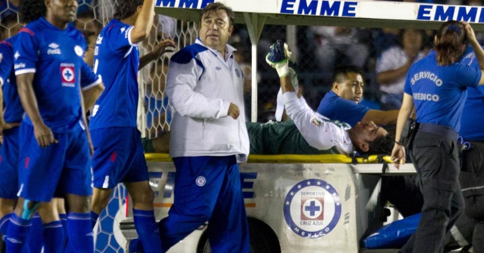 02.mai.2012 - Goleiro Corona, do Cruz Azul, precisou deixar o campo após receber uma joelhada de Velasquez, do Libertad
