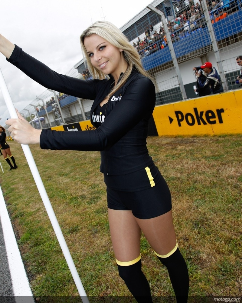 Grid girl esbanja sensualidade no GP da Espanha da MotoGP, em Jerez de La Frontera