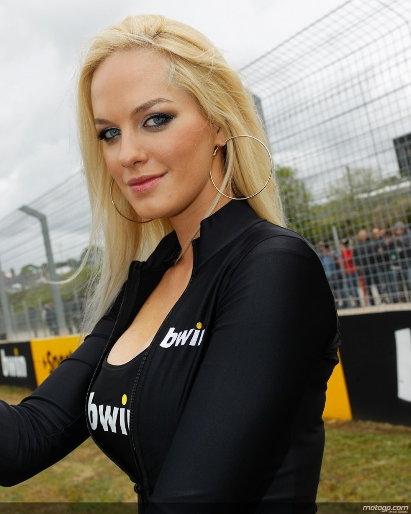 Grid girl esbanja sua beleza durante a o GP da Espanha da Moto GP, em Jerez de La Frontera
