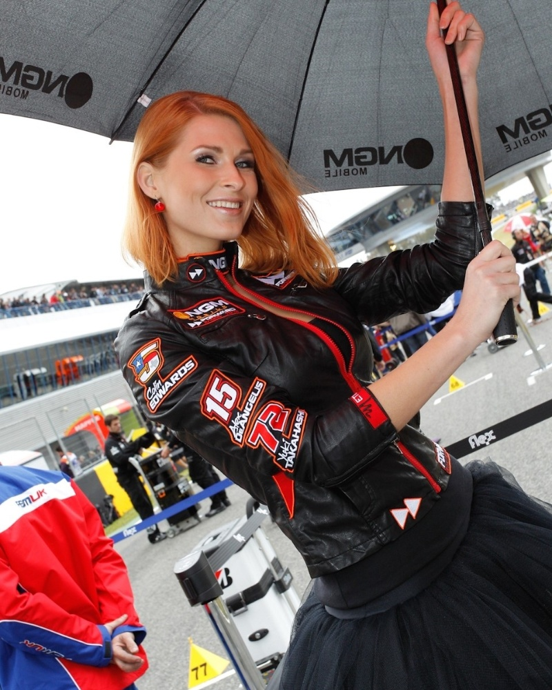 Grid girl se protege da chuva durante a etapa da Espanha da MotoGP, em Jerez de la Frontera