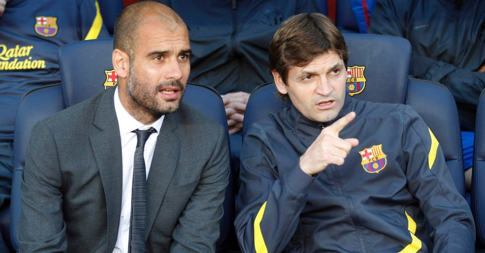Guardiola e seu assistente, Tito Vilanova, acompanham a partida contra o M&#225;laga no banco do Barcelona no Camp Nou