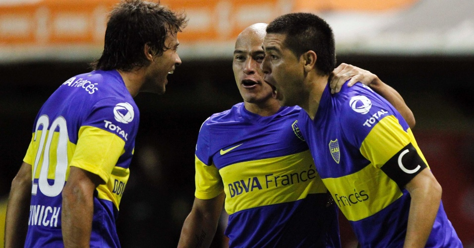 Jogadores do Boca Juniors comemoram o gol de Riquelme contra o Union Española (02/05/12)