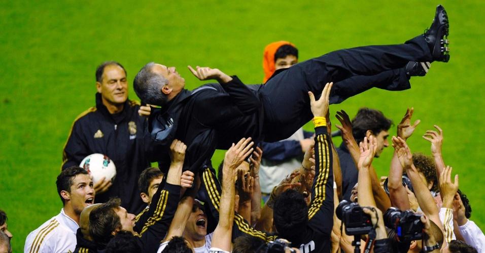 Equipe do Real Madrid joga o técnico José Mourinho para o ar na comemoração pelo título do Campeonato Espanhol