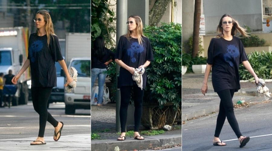 Luana Piovani caminha pelo Leblon, zona sul do Rio (2/5/12)