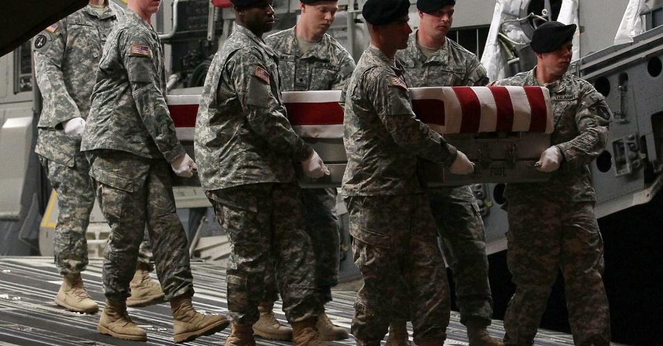 Membros do Exército dos EUA carregam o caixão do sargento Nicholas M. Dickhut, na base aérea de Dove Air, em Delaware. Ele foi morto durante tiroteio no Afeganistão