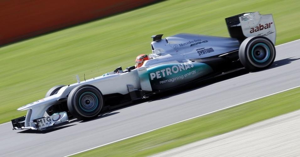 Michael Schumacher testa seu carro em Mugello; ele ficou em oitavo tempo e foi o piloto com mais voltas nas sessões: 144