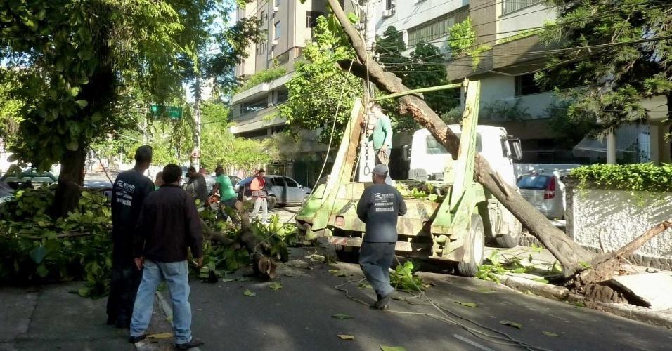 Motorista de caminhão perdeu o controle da direção e colidiu com uma árvore, uma casa e um poste, atingindo fios de alta tensão, na avenida Ary Parreiras, em Niterói (Rio de Janeiro)