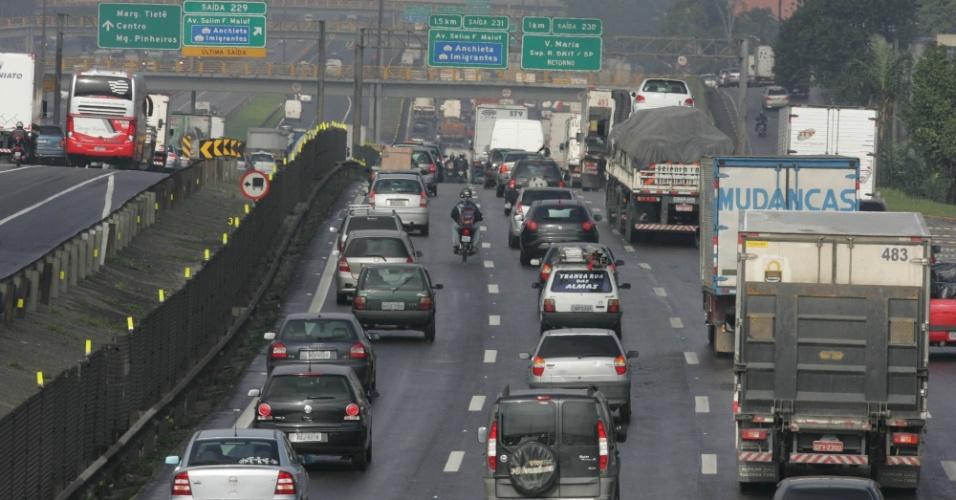 Na volta do feriadão, trânsito intenso é registrado na altura do km 228 da rodovia Presidente Dutra, na altura de Guarulhos (SP), chegada a São Paulo