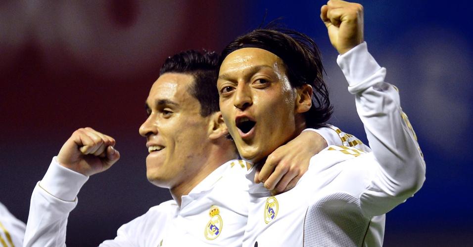 O alemão Özil (dir) vibra com Callejón após marcar o segundo gol do Realm Madrid contra o Athletic Bilbao no San Mamés