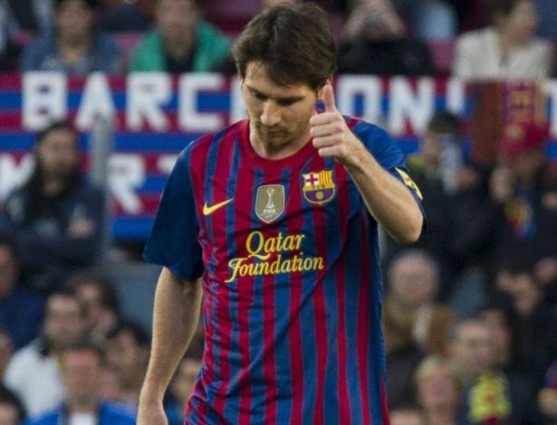 O atacante do Barcelona Lionel Messi faz sinal de positivo após marcar gol sobre o Málaga