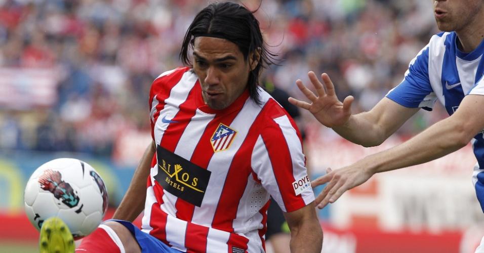 O colombiano Falcao Garcia controla a bola no duelo com a Real Sociedad no Vicente Calderón