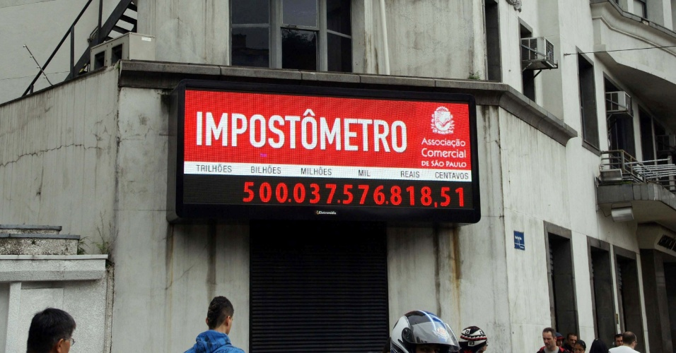 O Impost&#244;metro da Associa&#231;&#227;o Comercial de S&#227;o Paulo, que fica localizada no centro da capital paulista, atingiu na manh&#227; de hoje a marca de R$ 500 bilh&#245;es em impostos federais, estaduais e municipais arrecadados desde o dia 1&#186; de janeiro. No ano passado, o marcador s&#243; atingiu esse patamar no dia 4 de maio