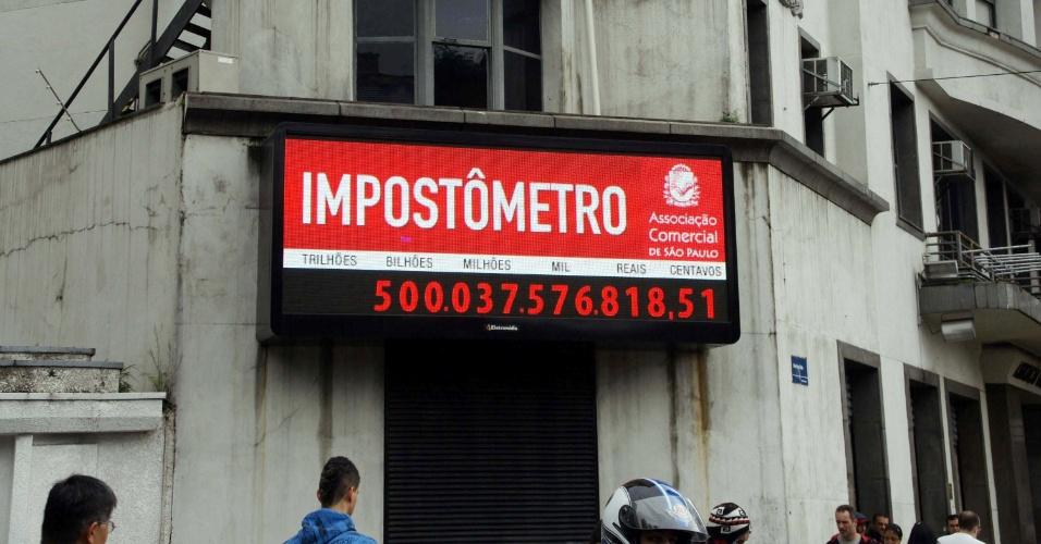 O Impostômetro da Associação Comercial de São Paulo, que fica localizada no centro da capital paulista, atingiu na manhã de hoje a marca de R$ 500 bilhões em impostos federais, estaduais e municipais arrecadados desde o dia 1º de janeiro. No ano passado, o marcador só atingiu esse patamar no dia 4 de maio
