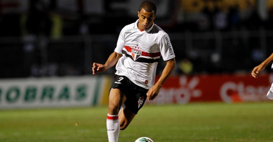 O meia Lucas, do São Paulo, conduz a bola durante partida contra a Ponte Preta