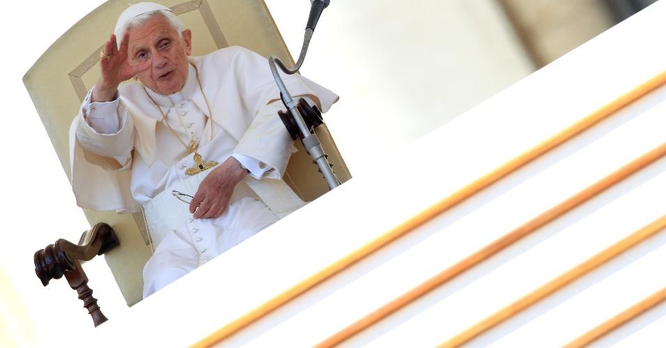 O papa Bento 16 acena para os fiéis durante audiência na praça São Pedro, no Vaticano