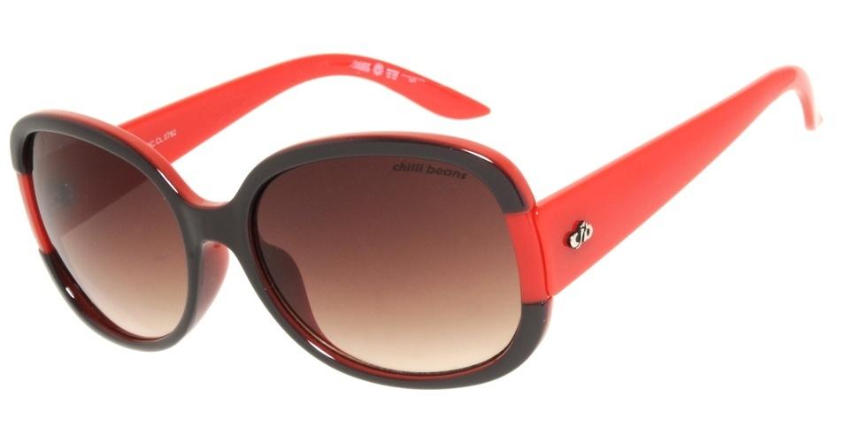 Óculos com armação em preto e vermelho; R$ 98, na Chilli Beans