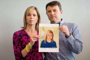 Os casal Kate e Gerry McCann, pais da garota desaparecida, mostram foto de Madeleine