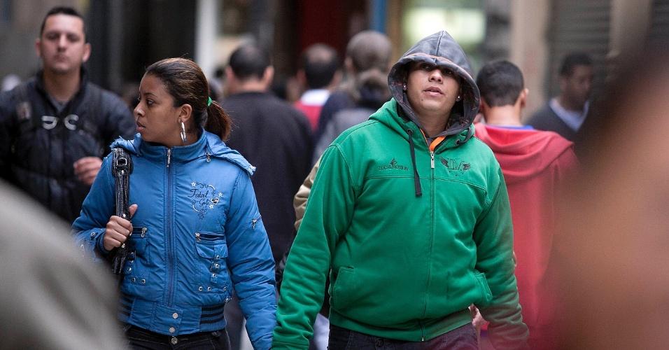 Paulistanos enfrentam o frio de São Paulo, nesta quarta-feira, 2 de maio