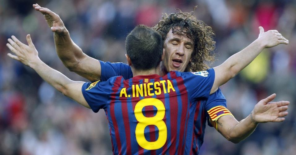 Puyol, do Barcelona, comemora com Iniesta gol que nasceu de passe do companheiro no duelo com o Málaga