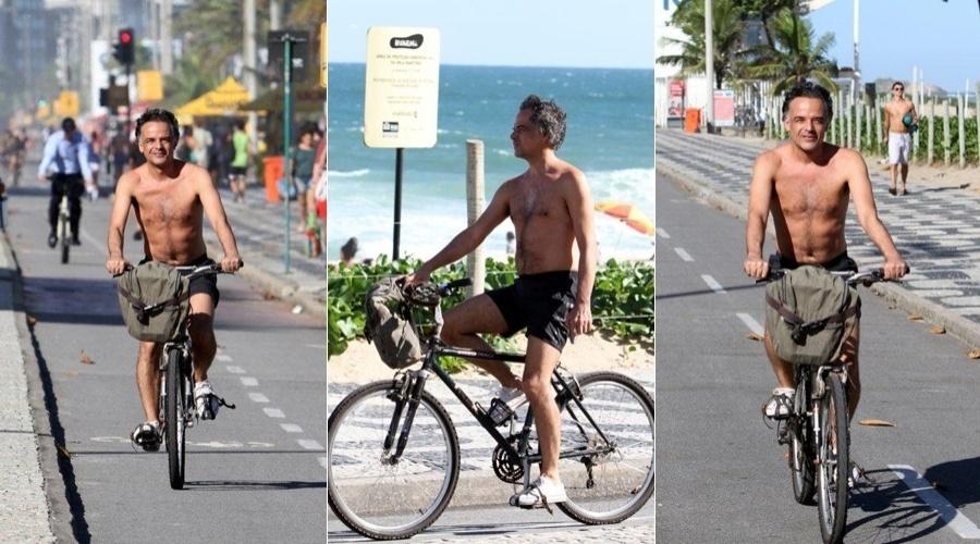 Sem camisa, Ângelo Antônio pedala pela orla de Ipanema, zona sul do Rio (2/5/12)