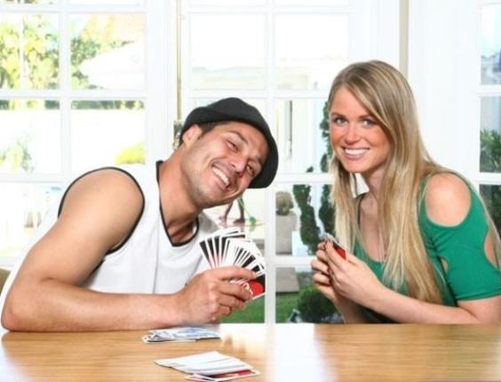 No Twitter, Susana Werner divulga foto jogando cartas com seu marido (2/5/2012)