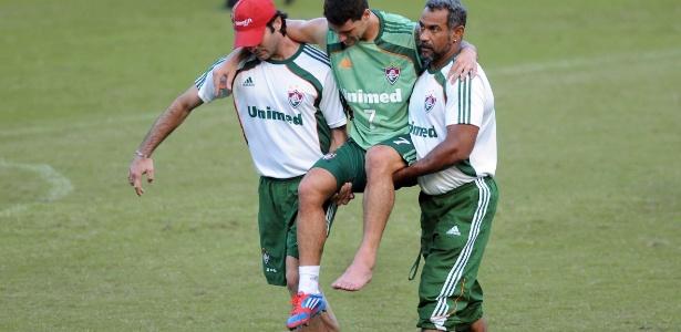 Thiago Neves é carregado após sofrer entorse no tornozelo durante treino do Fluminense