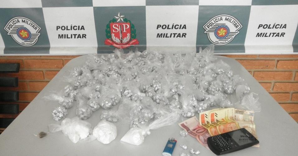 2.mai.2013 - Adolescente de 16 anos foi preso com 2.820 papelotes de cocaína no Jardim Vila Sônia, em Piracicaba, interior de São Paulo