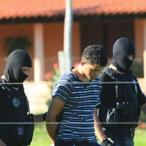 Aparecido Souza Alves, 22, principal suspeito de chacina em Goiás, em foto de 3 de maio conduzido por policiais; ele morreu na queda da aeronave